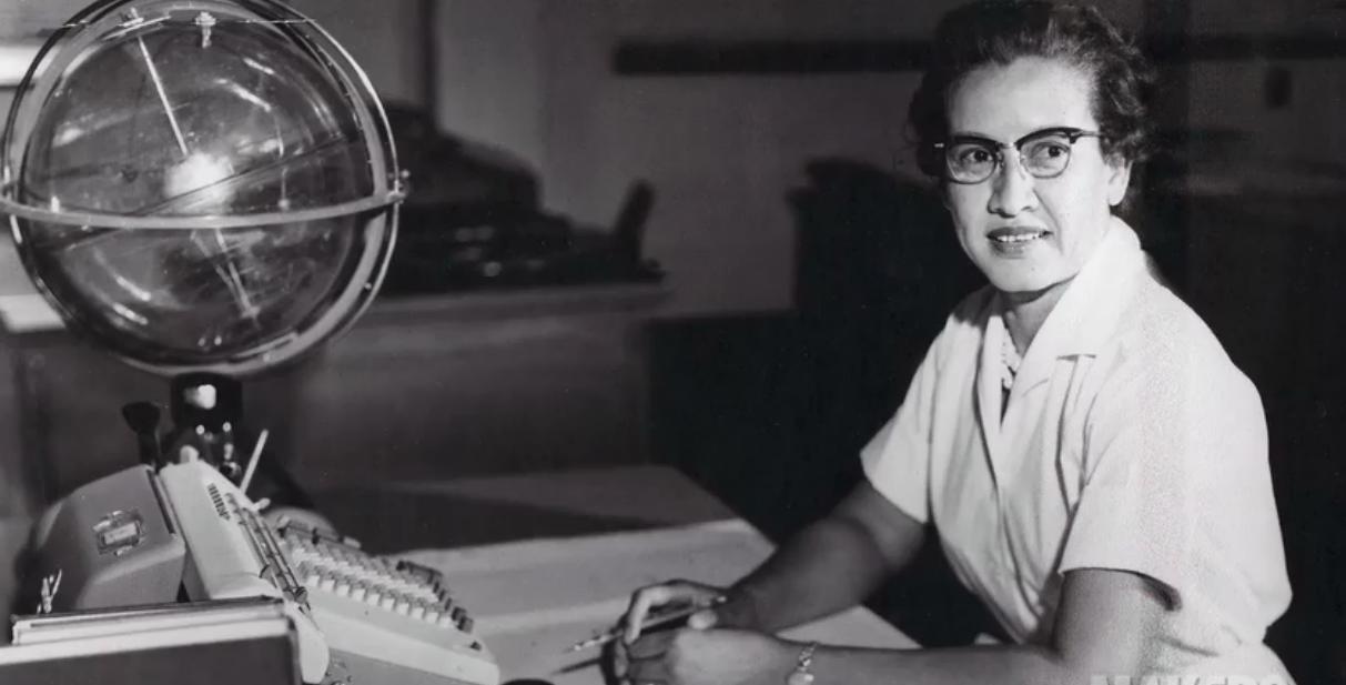 Katherine Johnson en su área de trabajo