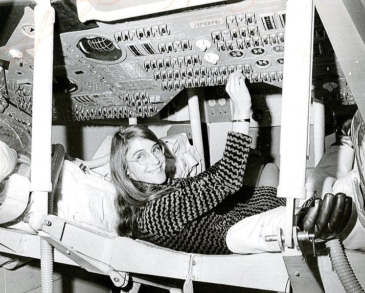 Margaret Hamilton tocando los controles